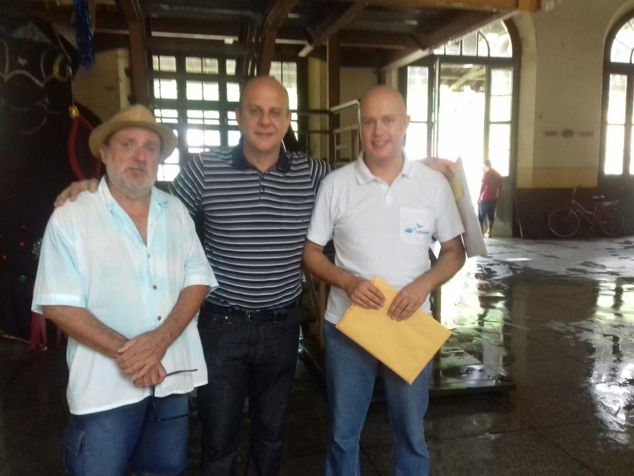 Ao centro, José Paulo Vieira Azim, prefeito de Antonina-PR, ladeado por Eduardo Nascimento, Secretário de Turismo e Cultura do município;  e Marcos Cruz Alves, gestor do projeto pelo IAMUQUE