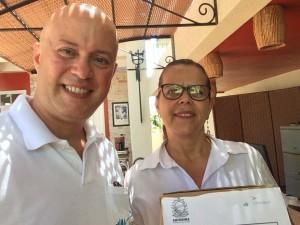 Recolhimento da urna de pesquisa no Camboa Capela Hotel, junto à Denise