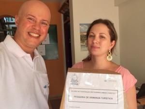Recolhimento da urna de pesquisa na Hospedaria da Praça, junto à Camila